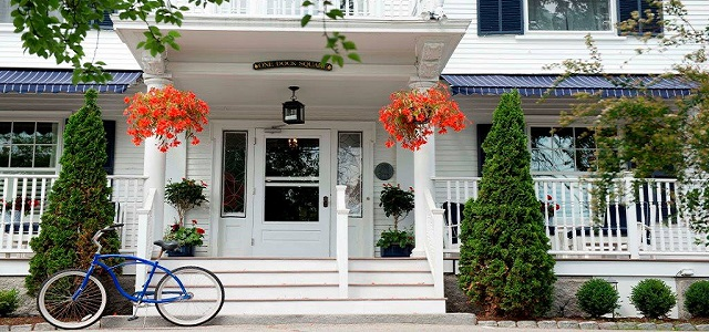 The front entrance of the Kennebunkport Inn.