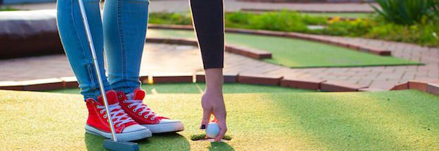 girl mini golfing