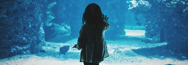 girl-in-aquarium