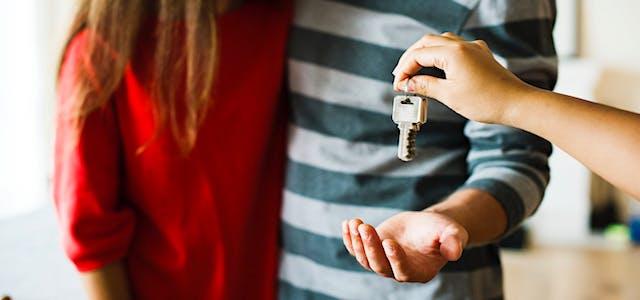 pexels-couple-receiving-keys (2)